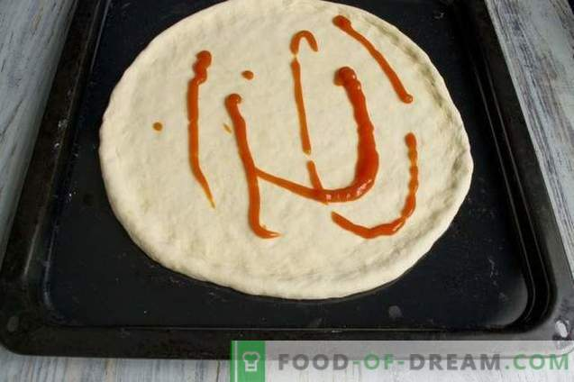Пица од квасец со шунка и панчета во рерната