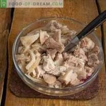 Voedende varkenssalade met champignons in een landelijke stijl