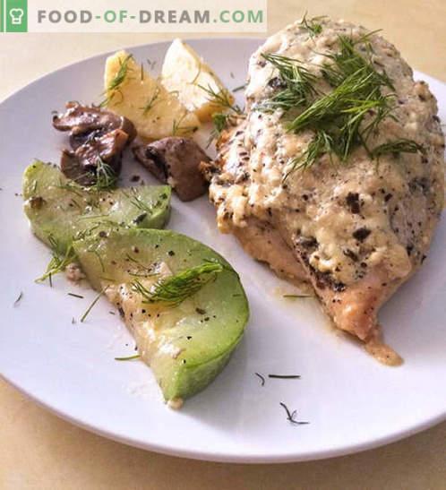 Peito de frango em molho cremoso de queijo com legumes - receita com foto