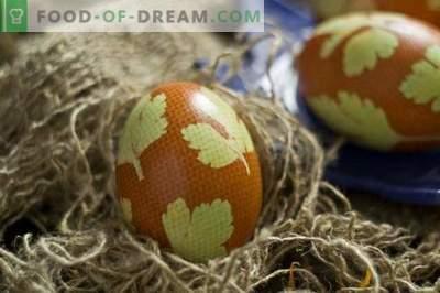 Ovos pintados para a Páscoa, decorados com folhas de salsa