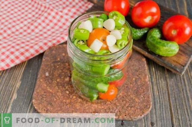 Concombres marinés à la tomate - été, assortis pour l'hiver