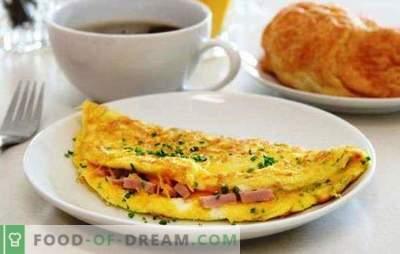 Ovos mexidos com linguiça em uma panela - um café da manhã simples. Receitas para uma omelete em uma frigideira com salsicha e queijo, tomate, bacon, legumes