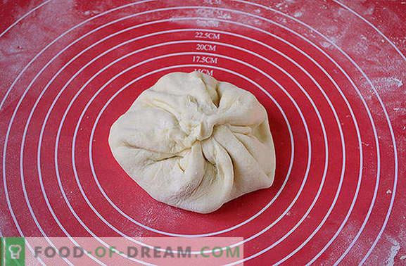 O khachapuri mais simples no kefir com coalhada em uma panela. Foto-receita do autor de khachapuri cozinhando em uma panela com requeijão