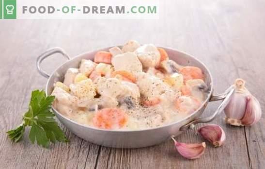 A carne de porco com cogumelos em um molho cremoso é um clássico! Carne de porco com cogumelos em um molho de creme em uma panela, no forno, em um fogão lento