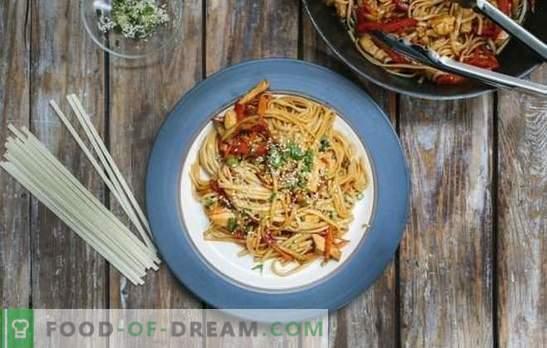 macarrão Teriyaki com macarrão é um prato simples em estilo oriental. Cozinhando macarrão incomparável com molho teriyaki em casa