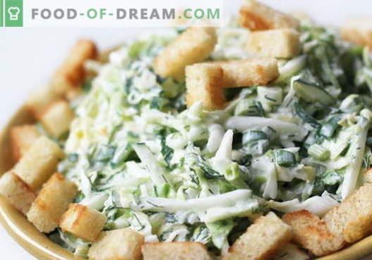 Salada com repolho e bolachas - uma seleção das melhores receitas. Cozinhar deliciosas saladas de couve com bolachas.