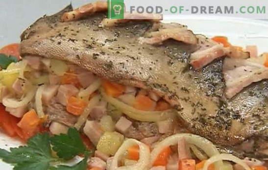 Uma variedade de receitas de salmão rosa com cenoura e cebola: cozido, assado. Salmão rosa com cenouras e cebolas no forno e panela