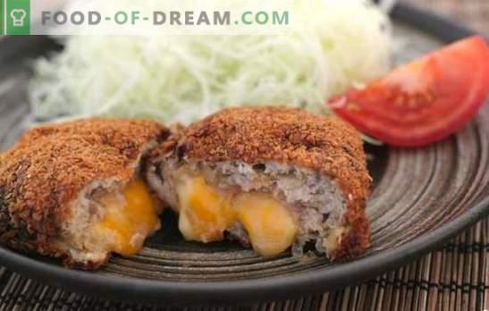 Carne picada e costeletas de queijo são uma adição suave ao enfeite cremoso. Costeletas de carne picada com queijo dentro