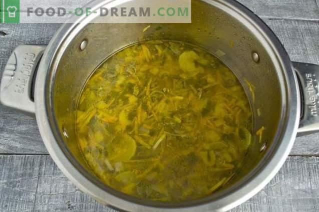 Sopa de couve fresca com frango e alface
