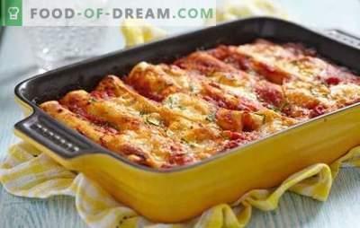Canelone com carne picada - Itália em um prato! Canelones de cozinha com carne picada e queijo, cogumelos, tomate, molho de espinafre