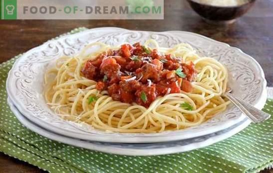 Pasta Bolognese - Prove Itália! Receitas macarrão à bolonhesa com legumes, cogumelos, em um fogão lento