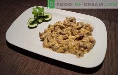 Strogonoff de carne com creme azedo é um clássico! Cozinhando strogonoff de carne com creme azedo, cogumelos e legumes