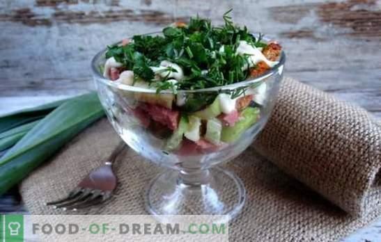 Salada com bolachas e linguiça defumada é uma decoração crocante. Receitas para saladas com croutons e linguiça defumada