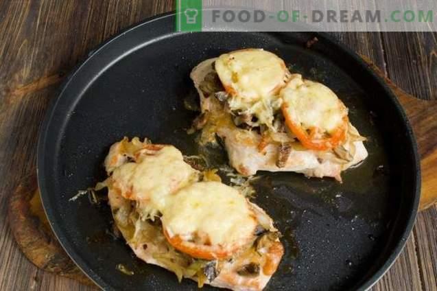 Costeletas de peito de frango com queijo e tomate