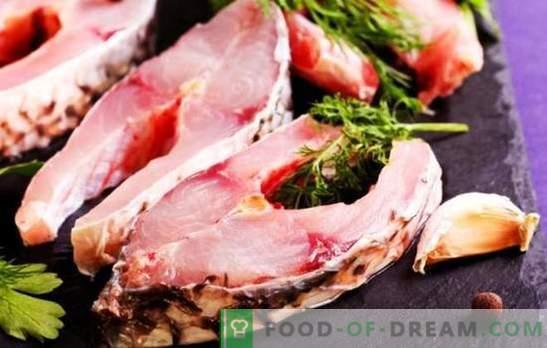 Stek rybny na patelni, aerogrill, mikrofalówka i piekarnik. Przyprawione steki rybne z sosem sojowym, zielenią i sokiem z cytryny