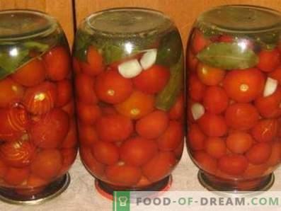 Tomates salgados para o inverno em bancos